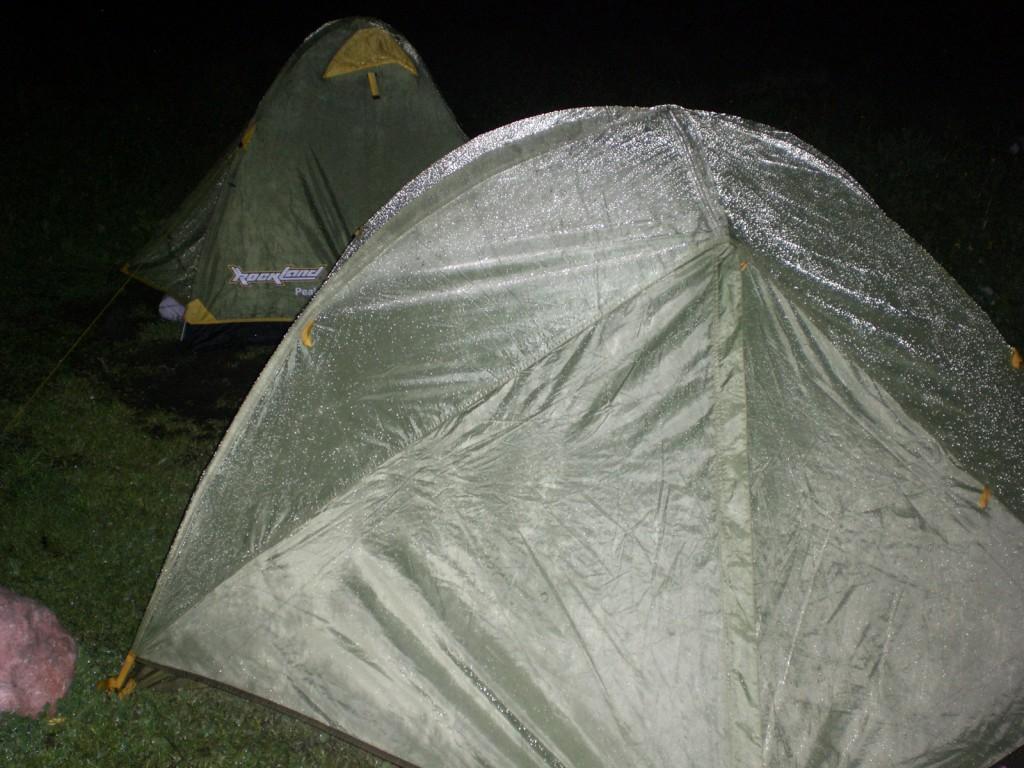 Палатки под снегодождём на Фишт приюте в 4 утра