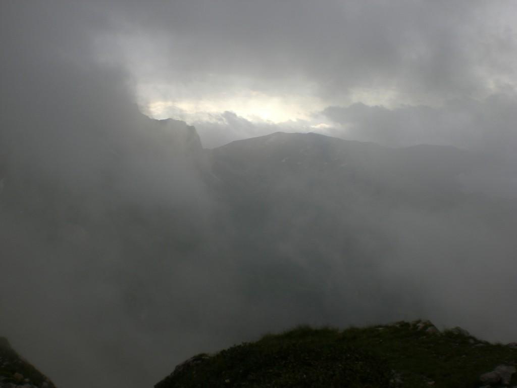 Густой туман накыравет нас на Фиште