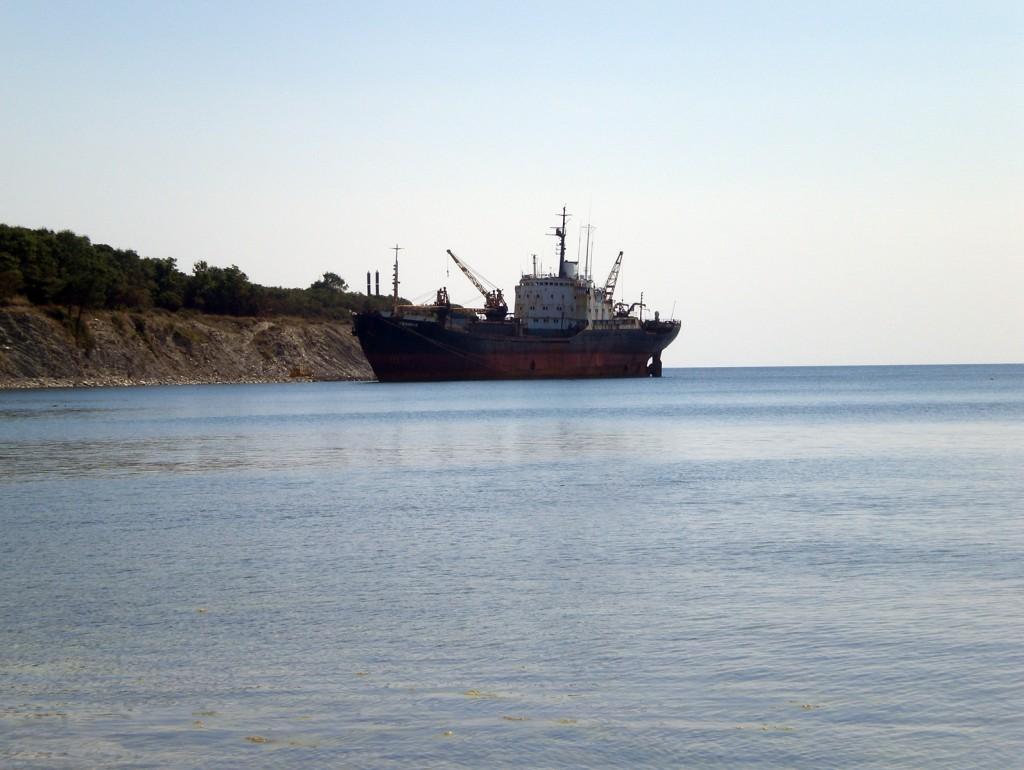 Голубая бухта. Заброшенный корабль