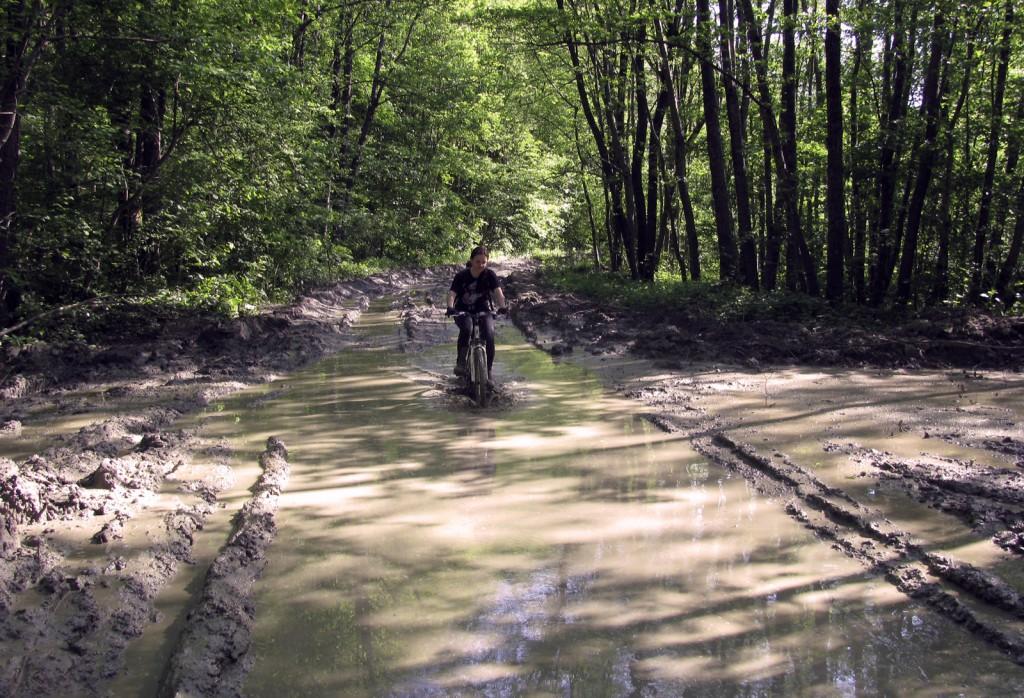 Лена преодолевает грязевой участок