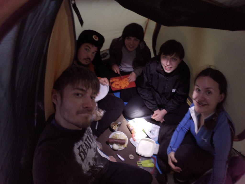 у подножия Черногора. Готовим еду в палатке.