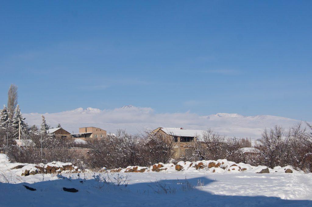 Видна гора Арагац