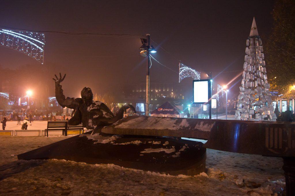 Памятник Арно Бабаджаняну. Ереван.
